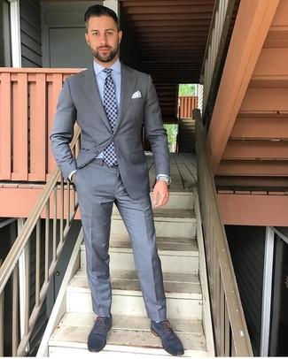 Cómo combinar: traje gris, camisa de vestir celeste, zapatos oxford de cuero azul marino, corbata estampada azul marino