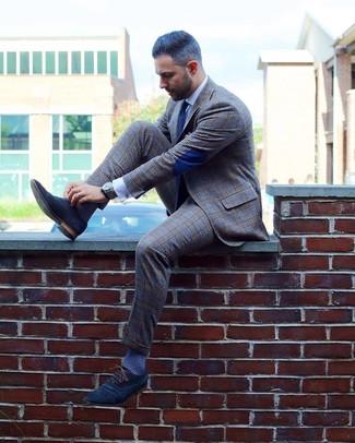 Cómo combinar: traje de tartán gris, camisa de vestir blanca, zapatos oxford de ante azul marino, corbata a lunares en azul marino y blanco