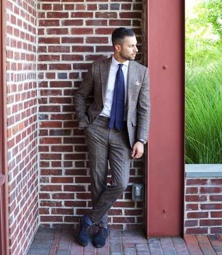 Cómo combinar: traje de tartán marrón, camisa de vestir blanca, zapatos oxford de cuero azul marino, corbata a lunares en azul marino y blanco