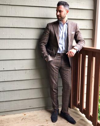 Cómo combinar: traje de tartán marrón, camisa de vestir celeste, zapatos oxford de cuero azul marino, pañuelo de bolsillo blanco