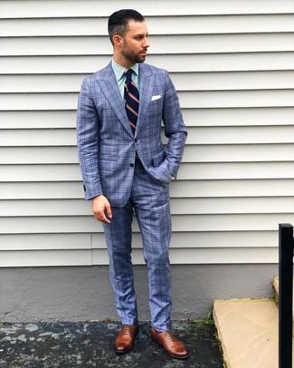Cómo combinar: traje de tartán azul, camisa de vestir de rayas verticales verde, zapatos oxford de cuero marrónes, corbata de rayas verticales azul marino