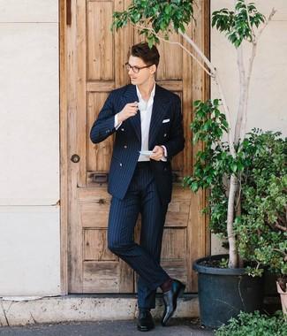 Cómo combinar: traje de rayas verticales azul marino, camisa de vestir blanca, zapatos oxford de cuero negros, pañuelo de bolsillo blanco