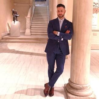 Cómo combinar: traje de rayas verticales azul marino, camisa de vestir violeta claro, zapatos oxford de cuero marrónes, pañuelo de bolsillo estampado en multicolor