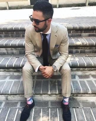 Cómo combinar: traje en beige, camisa de vestir de rayas verticales azul, zapatos oxford de ante azul marino, corbata negra