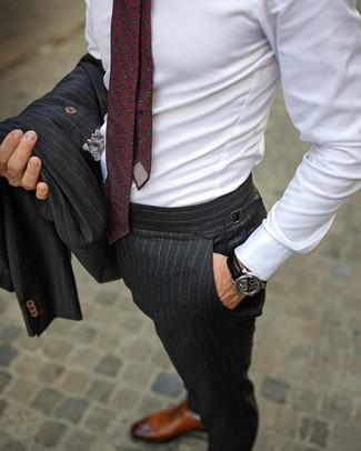 Cómo combinar: traje de rayas verticales en gris oscuro, camisa de vestir blanca, zapatos oxford de cuero marrónes, corbata estampada burdeos