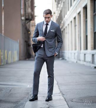 Cómo combinar: traje en gris oscuro, camisa de vestir blanca, zapatos oxford de cuero negros, corbata negra