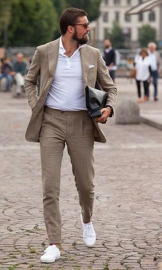 Cómo combinar: traje marrón claro, camisa polo blanca, tenis de lona blancos, bolso con cremallera de cuero negro