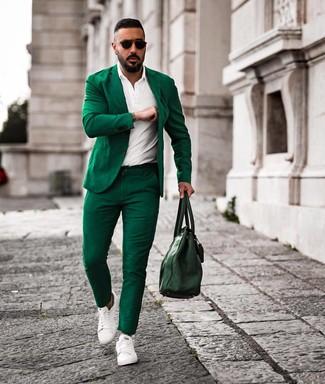Cómo combinar: traje verde, camisa polo blanca, tenis de cuero blancos, bolsa tote de cuero verde oscuro