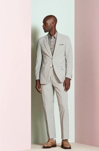 Cómo combinar: traje de rayas verticales en beige, camisa polo en beige, zapatos brogue de cuero marrónes, pañuelo de bolsillo verde oliva