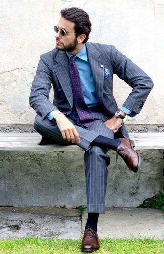 Cómo combinar: traje de rayas verticales gris, camisa vaquera azul, zapatos oxford de cuero marrónes, corbata estampada morado