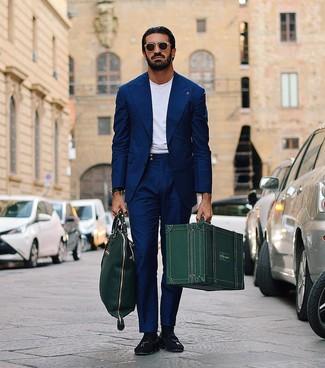 Cómo combinar: traje azul marino, camiseta con cuello circular blanca, mocasín con borlas de ante negro, bolsa tote de cuero verde oscuro