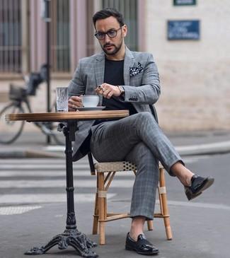 Cómo combinar: traje de tartán gris, camiseta con cuello circular negra, mocasín de cuero negro, pañuelo de bolsillo a lunares en negro y blanco