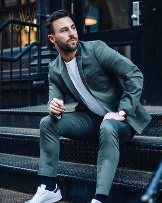 Cómo combinar: traje en verde azulado, camiseta con cuello circular blanca, tenis de cuero blancos, reloj de cuero burdeos