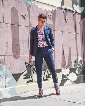 Cómo combinar: traje a cuadros azul marino, camiseta con cuello circular con print de flores rosada, zapatos brogue de cuero en tabaco, portafolio de cuero gris
