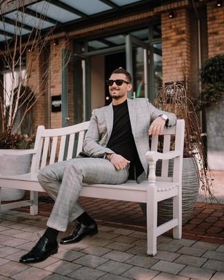 Cómo combinar: traje de tartán gris, camiseta con cuello circular negra, zapatos derby de cuero negros, gafas de sol negras
