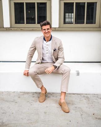 Cómo combinar: traje en beige, camiseta henley de manga larga blanca, mocasín de ante en beige, pañuelo de bolsillo estampado azul marino