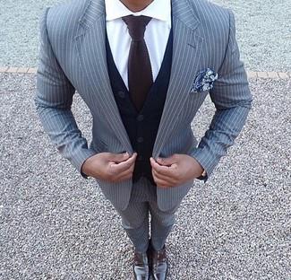 Cómo combinar: traje de rayas verticales gris, cárdigan azul marino, camisa de vestir blanca, zapatos con doble hebilla de cuero en marrón oscuro
