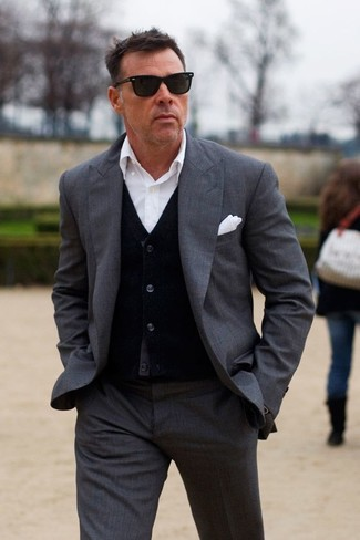 Cómo combinar: traje en gris oscuro, cárdigan negro, camisa de vestir blanca, pañuelo de bolsillo blanco
