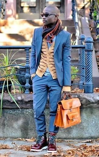Cómo combinar: traje azul, cárdigan de rayas horizontales marrón claro, camiseta con cuello circular celeste, botas casual de cuero burdeos