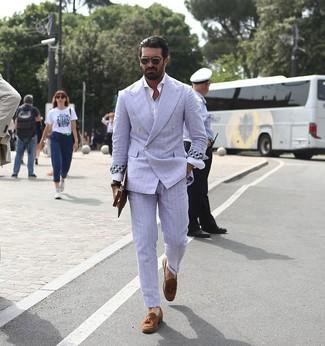 Cómo combinar: traje de rayas verticales celeste, camisa de manga larga blanca, mocasín con borlas de ante marrón, bolso con cremallera de cuero marrón