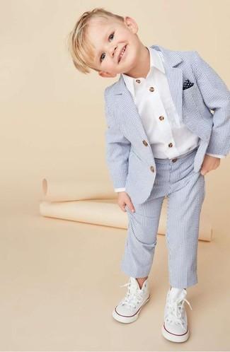 Cómo combinar: traje celeste, camisa de manga larga blanca, zapatillas blancas, pañuelo de bolsillo en azul marino y blanco