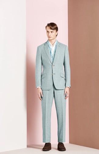 Cómo combinar: traje de lana celeste, camisa de manga larga blanca, zapatos derby de ante en marrón oscuro, bufanda con print de flores celeste