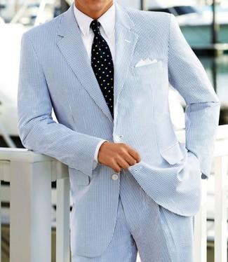 Cómo combinar: traje de seersucker celeste, camisa de vestir blanca, corbata estampada azul marino, pañuelo de bolsillo blanco