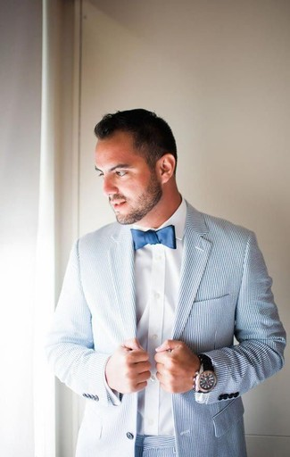 Cómo combinar: traje de seersucker celeste, camisa de vestir blanca, corbatín azul marino, reloj de cerámica negro