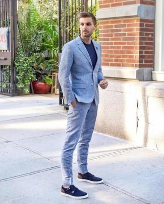 Cómo combinar: traje celeste, camiseta con cuello circular azul marino, zapatos con doble hebilla de ante azul marino, broche de solapa con print de flores gris