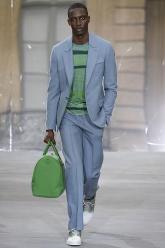 Cómo combinar: traje celeste, jersey con cuello circular de rayas horizontales verde, tenis de cuero en blanco y verde, bolsa de viaje de cuero verde
