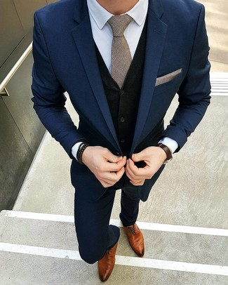 Cómo combinar: traje azul marino, chaleco de punto negro, camisa de vestir blanca, zapatos derby de cuero en tabaco