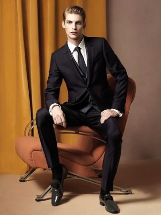 Cómo combinar: traje negro, chaleco de vestir en gris oscuro, camisa de vestir blanca, mocasín con borlas de cuero en gris oscuro