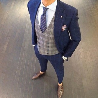 Cómo combinar: traje a cuadros azul marino, chaleco de vestir a cuadros gris, camisa de vestir blanca, zapatos con doble hebilla de cuero en marrón oscuro