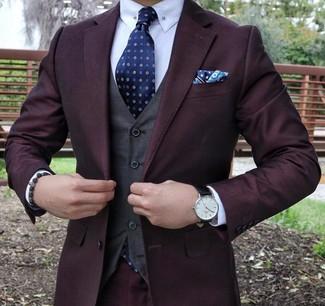 Cómo combinar: traje morado oscuro, chaleco de vestir en gris oscuro, camisa de vestir blanca, corbata estampada azul marino