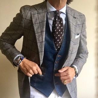Cómo combinar: traje de lana a cuadros gris, chaleco de vestir vaquero azul marino, camisa de vestir blanca, pantalón de vestir blanco