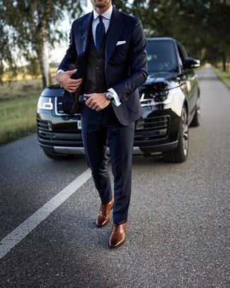 Cómo combinar: traje de rayas verticales azul marino, chaleco de vestir en marrón oscuro, camisa de vestir blanca, zapatos brogue de cuero marrónes
