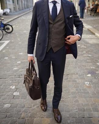Cómo combinar: traje azul marino, chaleco de vestir en marrón oscuro, camisa de vestir blanca, zapatos brogue de cuero en marrón oscuro