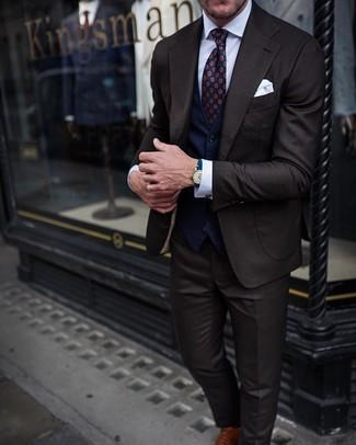 Cómo combinar: traje en marrón oscuro, chaleco de vestir azul marino, camisa de vestir blanca, zapatos oxford de cuero marrónes