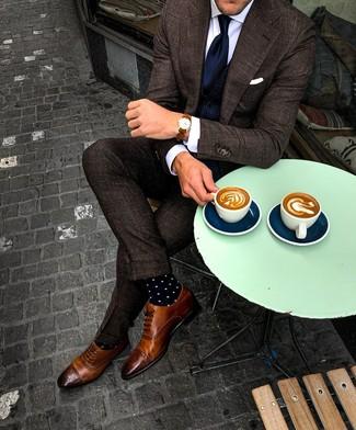 Cómo combinar: traje a cuadros en marrón oscuro, chaleco de vestir azul marino, camisa de vestir blanca, zapatos brogue de cuero marrónes