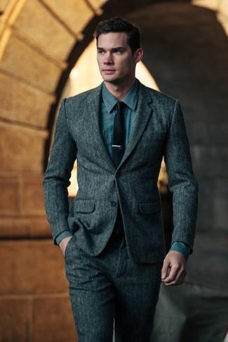 Cómo combinar: traje de lana en gris oscuro, camisa vaquera azul, corbata negra