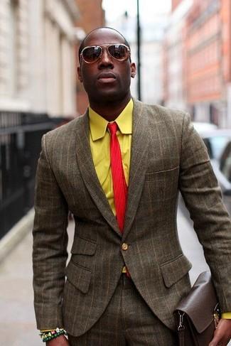 Cómo combinar: traje de lana a cuadros marrón, camisa de manga larga amarilla, corbata de rayas verticales roja