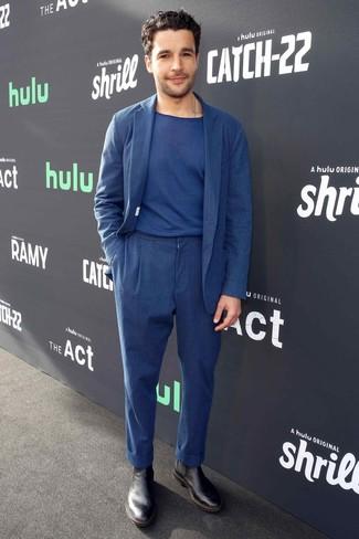 Cómo combinar: traje de lino azul marino, camiseta con cuello circular azul marino, botines chelsea de cuero negros