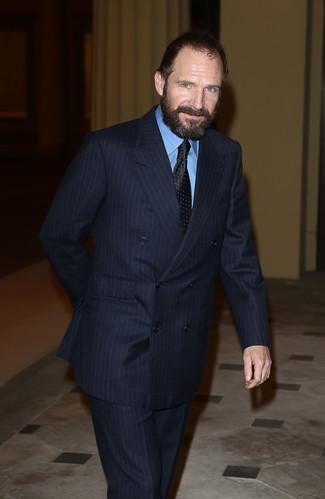 Cómo combinar: traje de rayas verticales azul marino, camisa de vestir azul, corbata a lunares negra