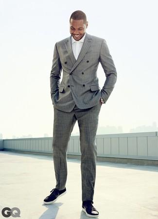 Cómo combinar: traje de rayas verticales gris, camisa de vestir blanca, tenis de cuero negros
