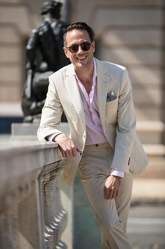 Cómo combinar: traje de seersucker en beige, camisa de manga larga rosada, pañuelo de bolsillo estampado azul marino