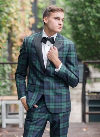 Cómo combinar: traje de tartán en azul marino y verde, camisa de vestir blanca, corbatín negro