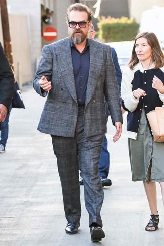 Cómo combinar: traje de tartán en gris oscuro, camisa de vestir azul marino, botines chelsea de cuero negros