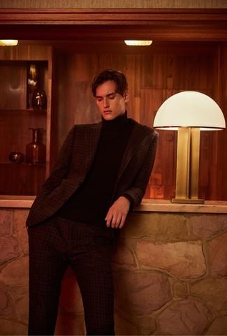 Cómo combinar: traje de tartán en marrón oscuro, jersey de cuello alto negro