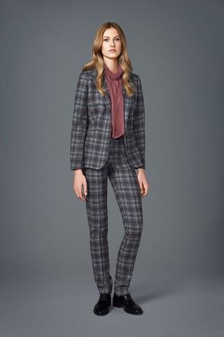 Cómo combinar: traje de tartán gris, blusa de manga larga estampada burdeos, zapatos oxford de cuero negros