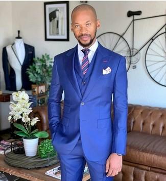 Cómo combinar: traje de tres piezas azul, camisa de vestir blanca, corbata de rayas verticales en rojo y azul marino, pañuelo de bolsillo blanco